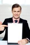 пустой человек clipboard указывая усмехаться к Стоковое Изображение RF