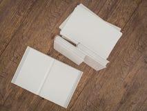 Пустой шаблон модель-макета белой книги на деревянной предпосылке Стоковые Фото