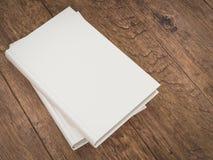 Пустой шаблон модель-макета белой книги на деревянной предпосылке Стоковая Фотография