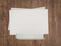 Пустой шаблон модель-макета белой книги на деревянной предпосылке Стоковые Изображения