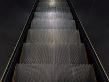 Пустой шаг эскалатора идя вниз Стоковое Изображение