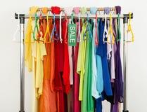 Пустой шкаф одежд и вешалок после большой продажи Стоковое Изображение RF