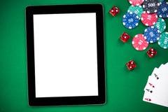 Пустой экран планшета на таблице покера, на линии казино стоковое фото rf