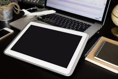 Пустой экран таблетки для концепции бюро путешествий деловых поездок онлайн стоковые фотографии rf