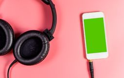Пустой экран smartphone для наушников применения музыки Стоковые Фото