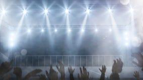Пустой этап концерта с руками вентиляторов поднял вверх предпосылку Стоковые Изображения RF