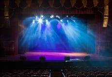 Пустой этап театра, освещенный фарами и дымом Стоковые Фото