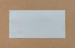 Пустой ярлык белой бумаги на cardboad Стоковая Фотография RF
