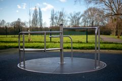 Пустой carousel на спортивной площадке детей стоковая фотография