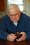 пустой grandpa смотря бумажник Стоковые Изображения RF