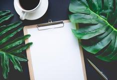 Пустой notepaper при тропические листья и аксессуары кладя на таблицу Стоковое Изображение