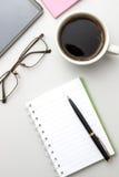 пустой scrapbook paperclips бумаги офиса отметки иллюстрации настольного компьютера кофейной чашки деревянный Стоковое Изображение RF