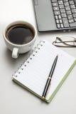 пустой scrapbook paperclips бумаги офиса отметки иллюстрации настольного компьютера кофейной чашки деревянный Стоковая Фотография