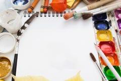 Пустой sketchbook с модель-макетом краски и paintbrushes Стоковое Изображение