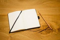 Пустой skew карандаша тетради страниц на столе Стоковое Изображение