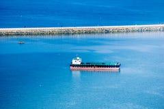 Пустые анкеры баржи плоской верхней части в внутренности залива развевают тормозя barr Стоковые Фотографии RF