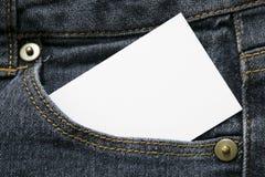 Пустые белая бумага или карта в переднем кармане темно-синих джинсов с copyspace для продажи отправляют SMS или концепцией дела стоковые изображения