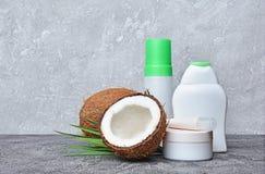 Пустые белые бутылки опарника и распределителя модель-макета косметических продуктов с свежим кокосом и зелеными листьями ладони Стоковая Фотография