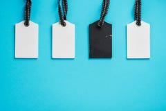 Пустые белые и черные бирки в ряд на голубой предпосылке Взгляд сверху насмешка вверх по образцу пустой ценник Дизайн для ходя по стоковое изображение