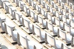 Пустые белые строки стойки стадиона с солнечным светом стоковые фото