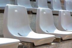 Пустые белые строки стойки стадиона с солнечным светом стоковое изображение