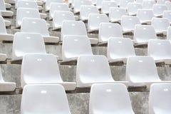 Пустые белые строки стойки стадиона с солнечным светом стоковая фотография rf