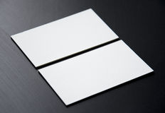 Пустые белые визитные карточки на черной предпосылке Стоковые Изображения