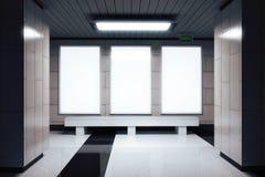 Пустые белые знамена на стене в пустой зале метро стоковая фотография