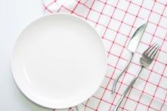 Пустые белые плита и нож вилки Стоковые Фотографии RF