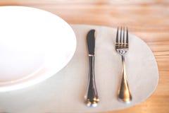 Пустые белые плиты с вилкой и ножом Стоковая Фотография RF