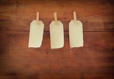 Пустые бирки вися на деревянной предпосылке Стоковое Изображение