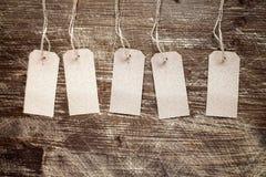 Пустые бирки на деревянной предпосылке Стоковое фото RF