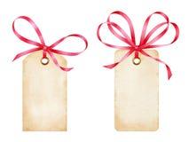 Пустые бирки подарка акварели с красной лентой обхватывают Стоковые Фото