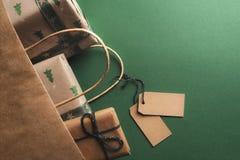 Пустые бирки связанные к переворачиванной сумке подарков стоковые изображения rf