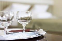 Пустые бокалы в спальне Стоковое Изображение RF