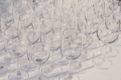 Пустые бокалы в строке на таблице ресторана Стоковое Изображение RF