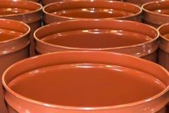 Пустые бочонки металла для хранения и транспорта апельсинового сока в складе консервировать оранжевые фабрику или завод стоковая фотография