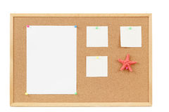 Пустые бумаги примечания на пробковой доске Стоковая Фотография RF