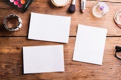 Пустые бумажные листы положенные на таблицу сделайте продукты вверх Стоковая Фотография RF