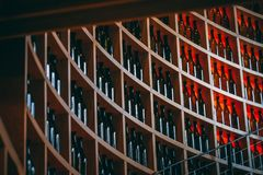 Пустые бутылки вина аккуратно аранжированные на изогнутой полке стоковые изображения rf