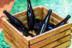 Пустые бутылки вина в деревянной коробке Стоковые Фотографии RF