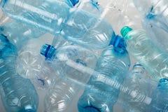 Пустые бутылки с водой - близкое поднимающее вверх Стоковая Фотография