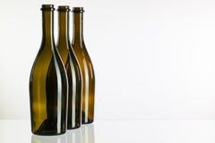Пустые бутылки вина на стеклянном столе Стоковое Изображение