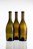 Пустые бутылки вина на стеклянном столе Стоковые Фото