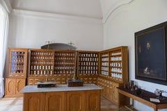 Пустые бутылки в старой винтажной фармации Стоковые Изображения
