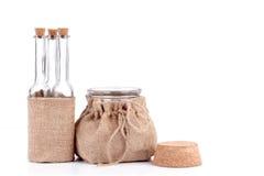 Пустые бутылки и опарник в деревенских сумках пеньки Стоковое Изображение RF
