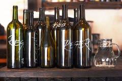 Пустые бутылки для красного и белого вина Стоковое Изображение