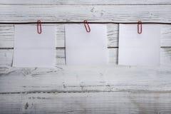 Пустые блокноты вися на ленте, бумажные зажимы Стоковое фото RF