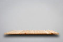 Пустые верхние деревянные полки на серой стене цемента Стоковое фото RF