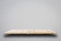 Пустые верхние деревянные полки на серой стене цемента Стоковые Изображения RF